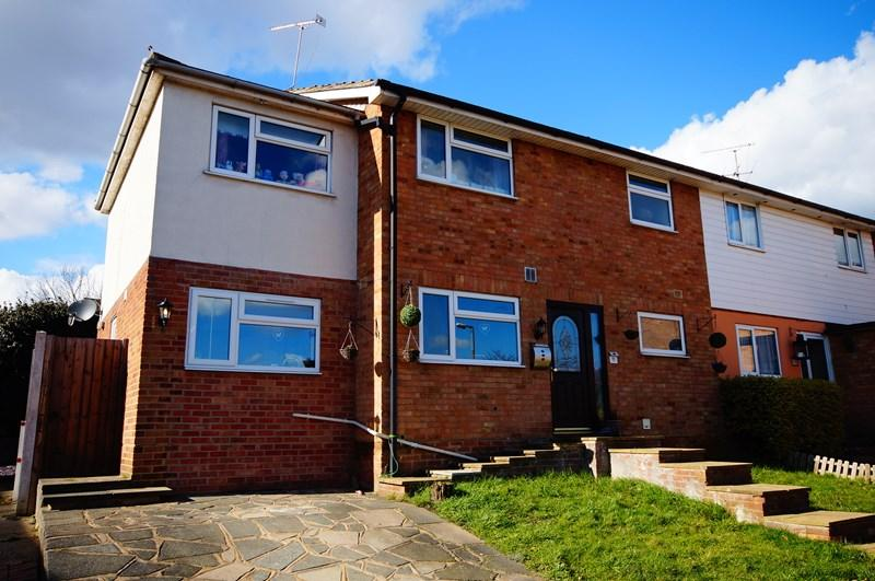 4 Bedrooms Semi Detached House for sale in Hawthorns, Leigh-On-Sea
