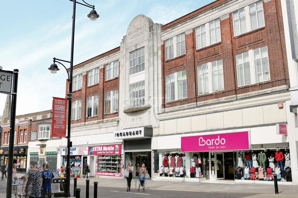 2 Bedrooms Flat for sale in Byron Court, South Street, Romford Centre