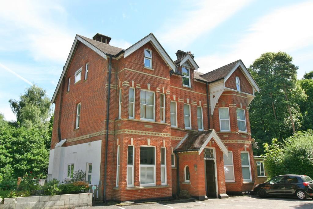 Studio Flat for sale in Nutfield Road , Redhill