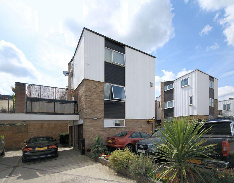 2 Bedrooms Semi Detached House for sale in Kempton Walk, Shirley