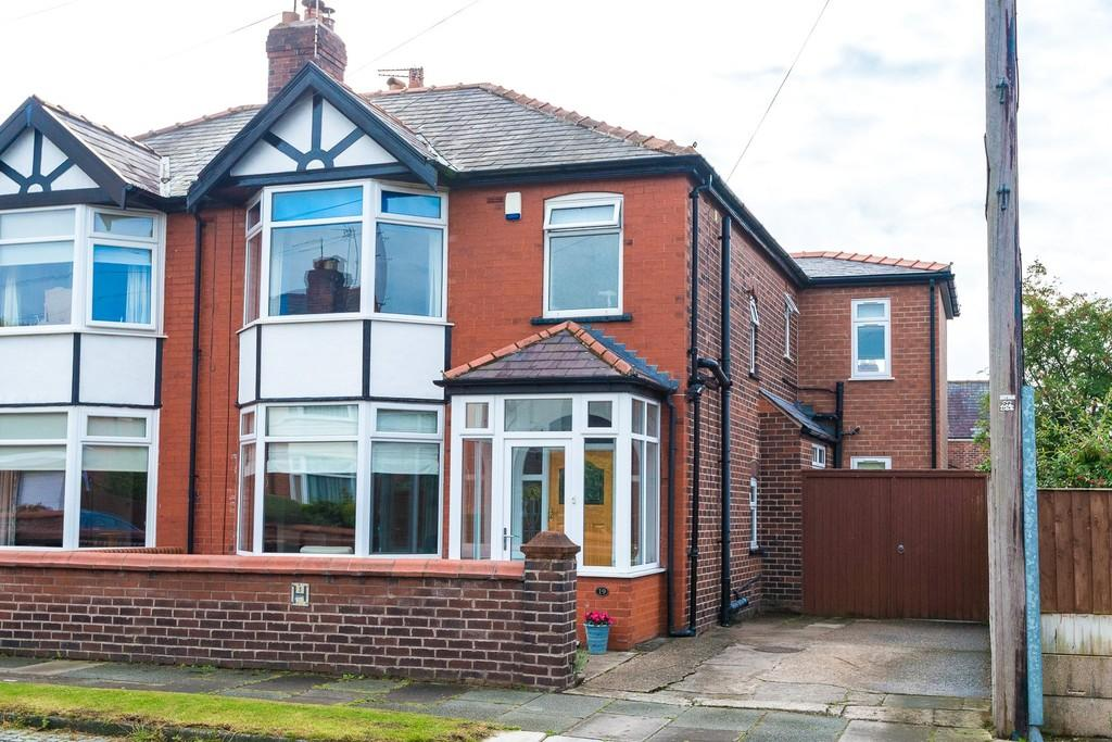 3 Bedrooms Semi Detached House for sale in Moorfield Road, Dentons Green, St. Helens
