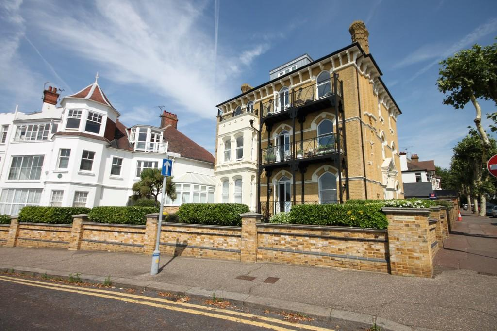 2 Bedrooms Apartment Flat for sale in Westcliff Parade, Westcliff-on-Sea