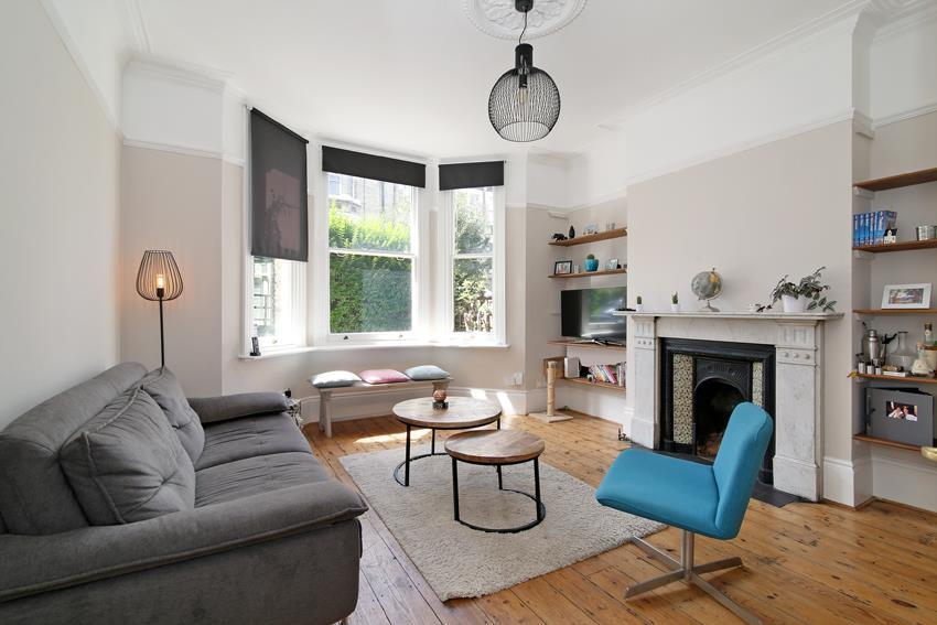 2 Bedrooms Flat for sale in Santos Road, London