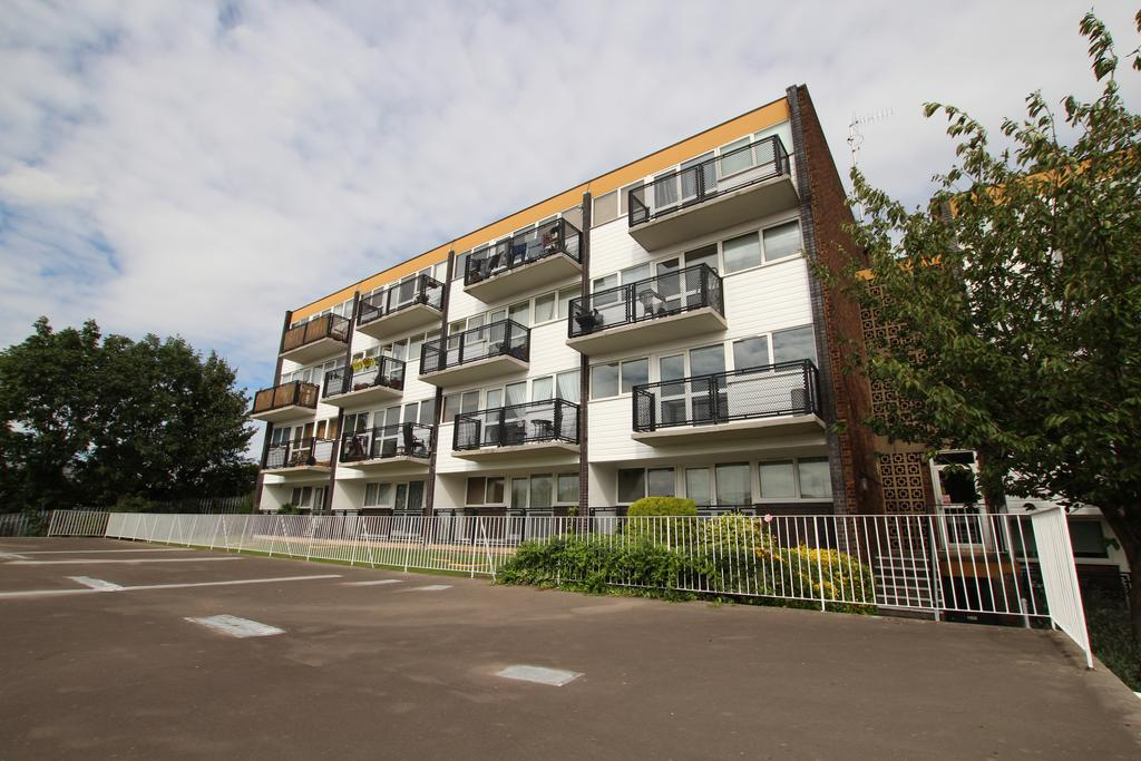 2 Bedrooms Apartment Flat for sale in Hillside, Hoddesdon EN11