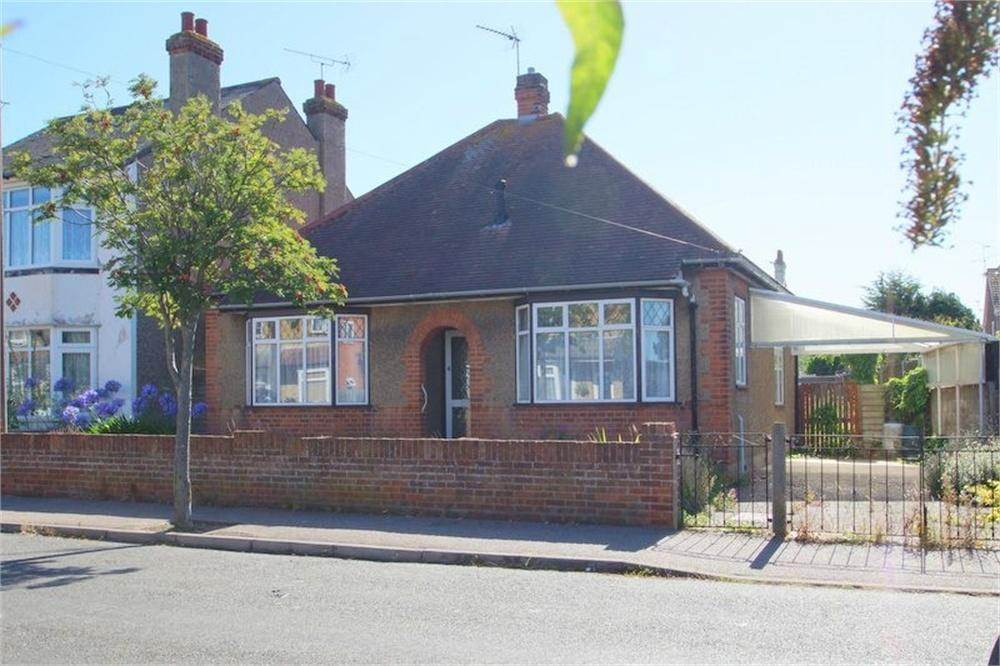 2 Bedrooms Detached Bungalow for sale in Carrs Road, CLACTON-ON-SEA, Essex