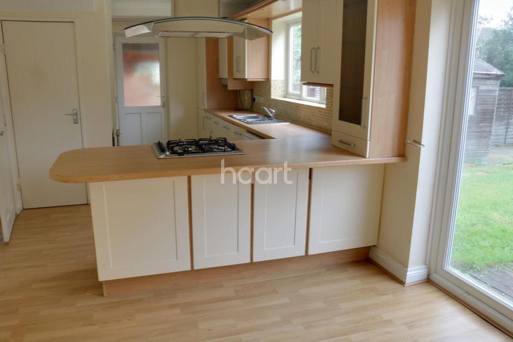 3 Bedrooms Semi Detached House for sale in Elizabeth Drive, Fleet