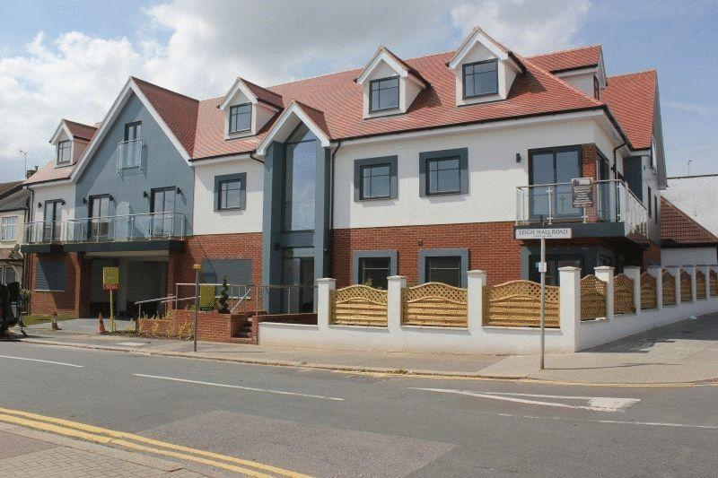 3 Bedrooms Flat for sale in London Road, Leigh-On-Sea
