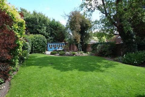 3 bedroom detached house to rent - Park Hill Road, Epsom