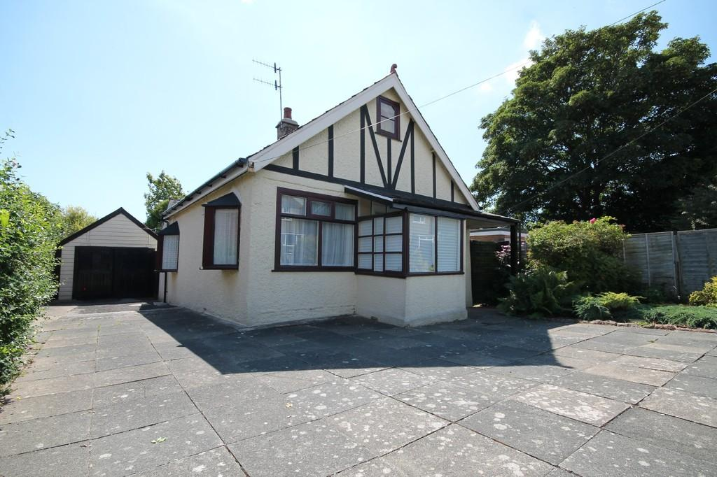 2 Bedrooms Detached Bungalow for sale in Manor Road, Lancing, BN15