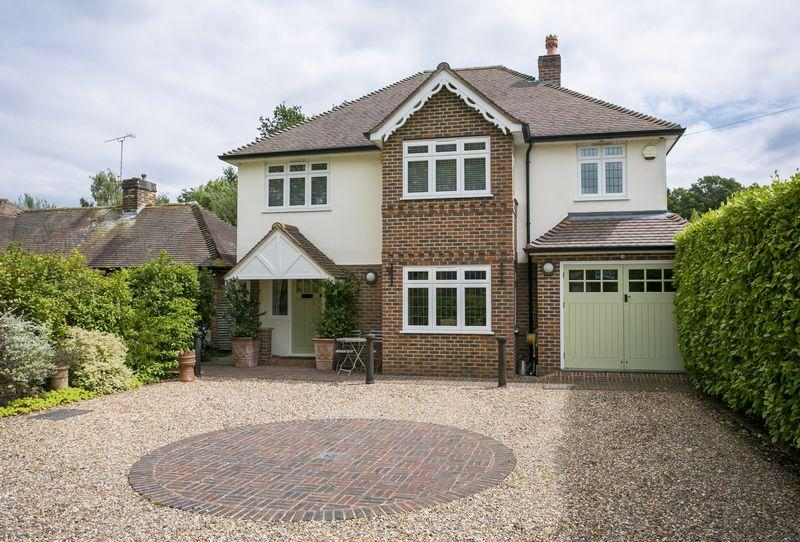 4 Bedrooms Detached House for sale in Effingham Junction
