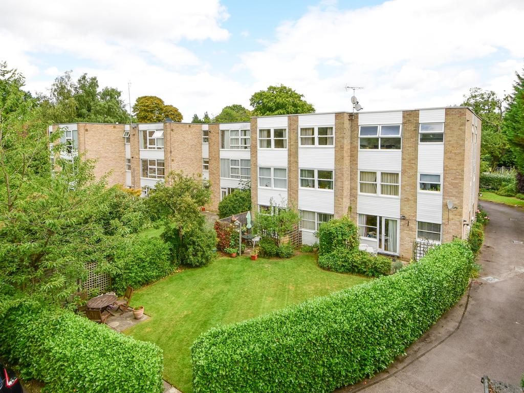 2 Bedrooms Apartment Flat for sale in Woodview Court, Weybridge KT13