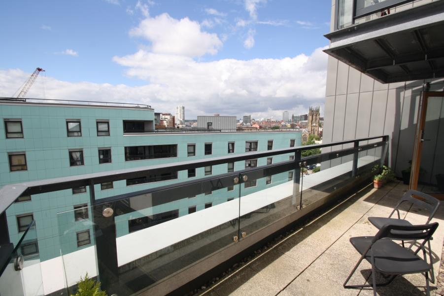 2 Bedrooms Apartment Flat for sale in THE GATEWAY EAST, MARSH LANE, LEEDS, LS9 8AY