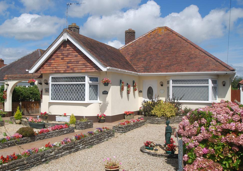 2 Bedrooms Bungalow for sale in Leydene Close, Bournemouth, BH8