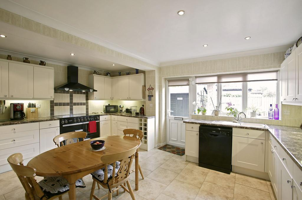 4 Bedrooms Chalet House for sale in The Street, Ashwellthorpe