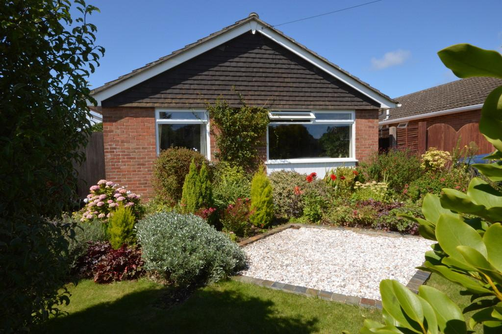 2 Bedrooms Detached Bungalow for sale in Pinewood Road, Hordle