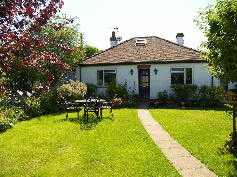 3 Bedrooms Detached House for sale in Effingham