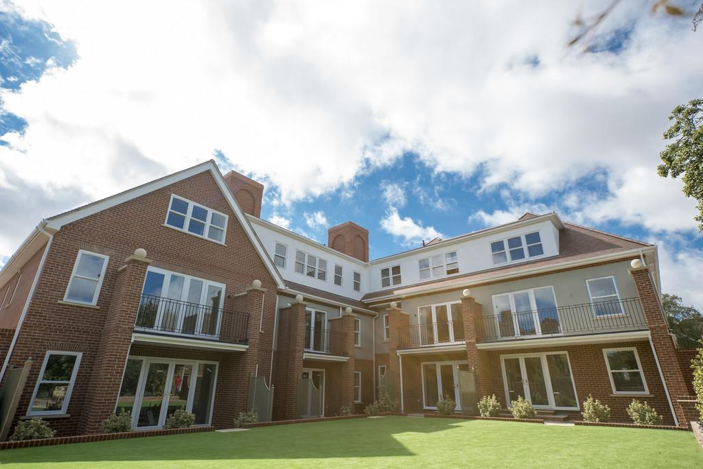 2 Bedrooms Apartment Flat for sale in Harold Grove, Frinton-on-Sea,CO13 9BD