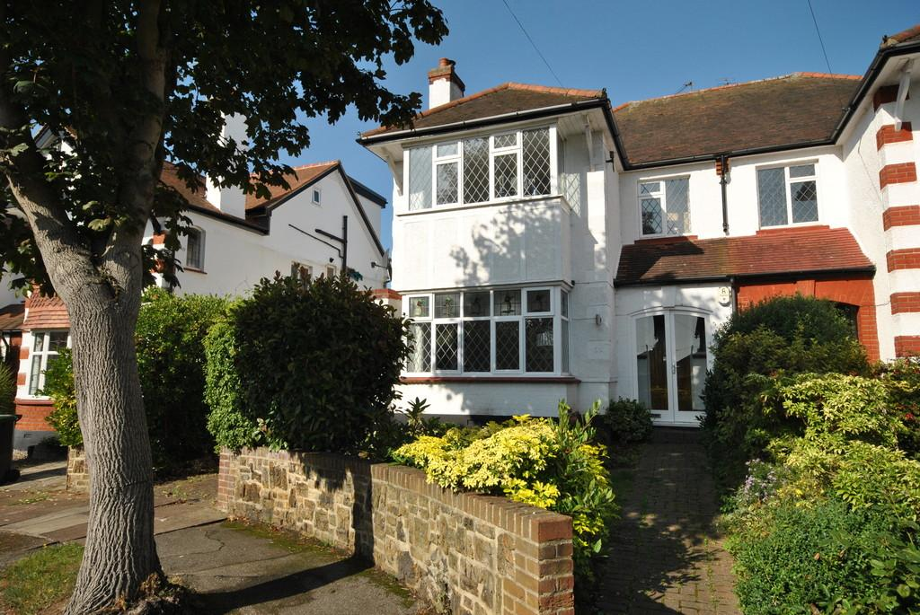 4 Bedrooms Semi Detached House for sale in Chapmans Walk, Leigh-on-Sea