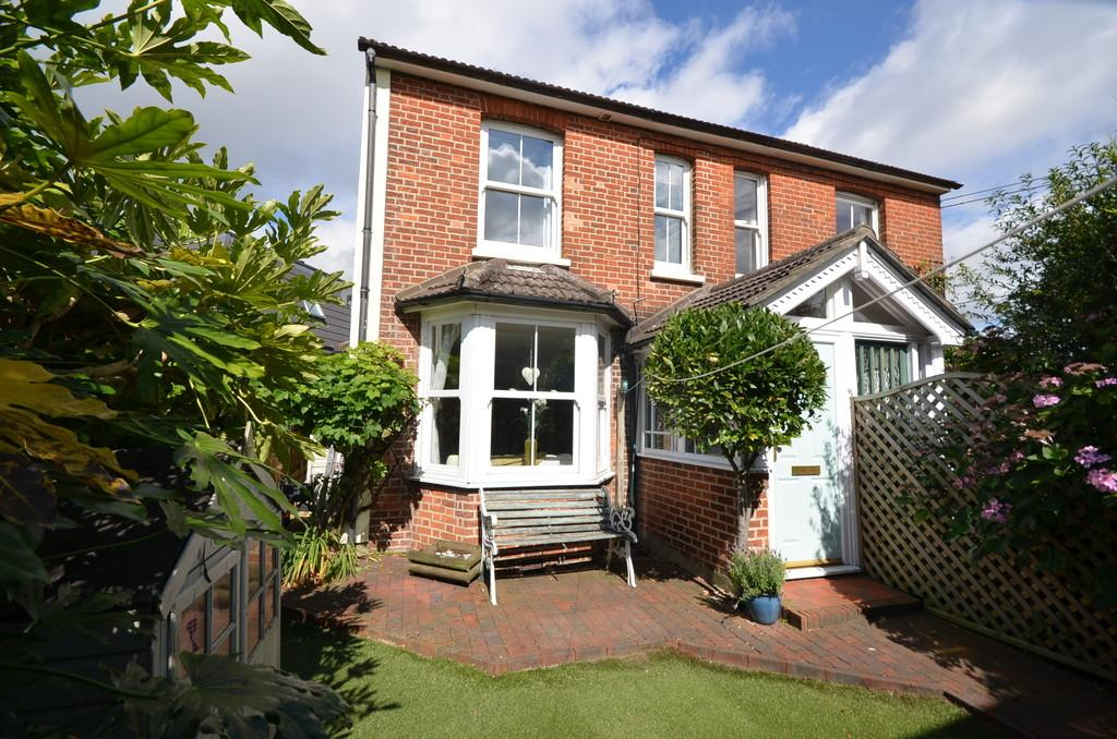 3 Bedrooms Semi Detached House for sale in Bethel Lane, Farnham