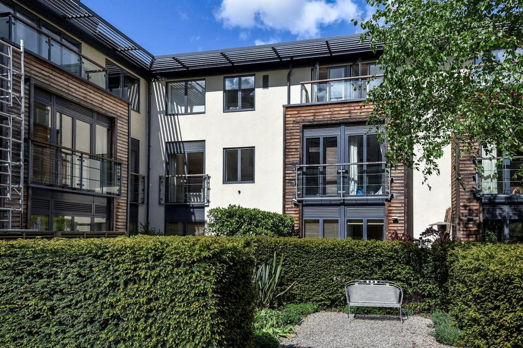 2 Bedrooms Flat for sale in Houghton Square, Clapham