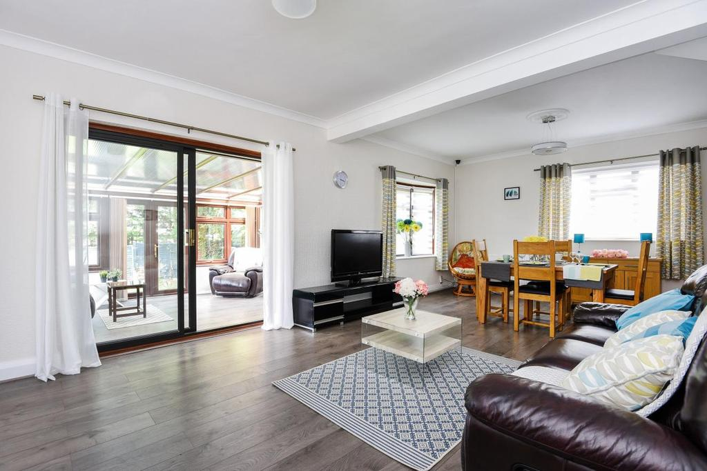 4 Bedrooms Bungalow for sale in The Glade, Croydon