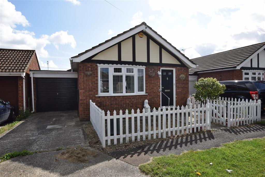 1 Bedroom Detached Bungalow for sale in Fairlop Avenue, Canvey Island