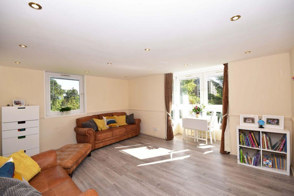 2 Bedrooms Flat for sale in 8N Fair-A-Far, Cramond EH4 6QE