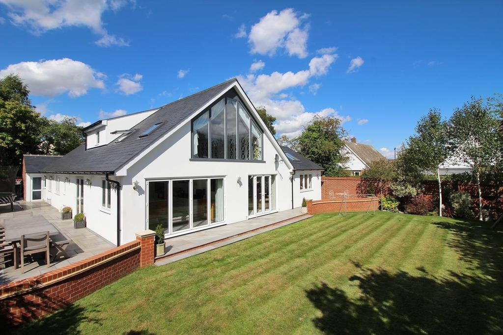 5 Bedrooms Chalet House for sale in Birches Walk, Galleywood, Chelmsford, Essex, CM2