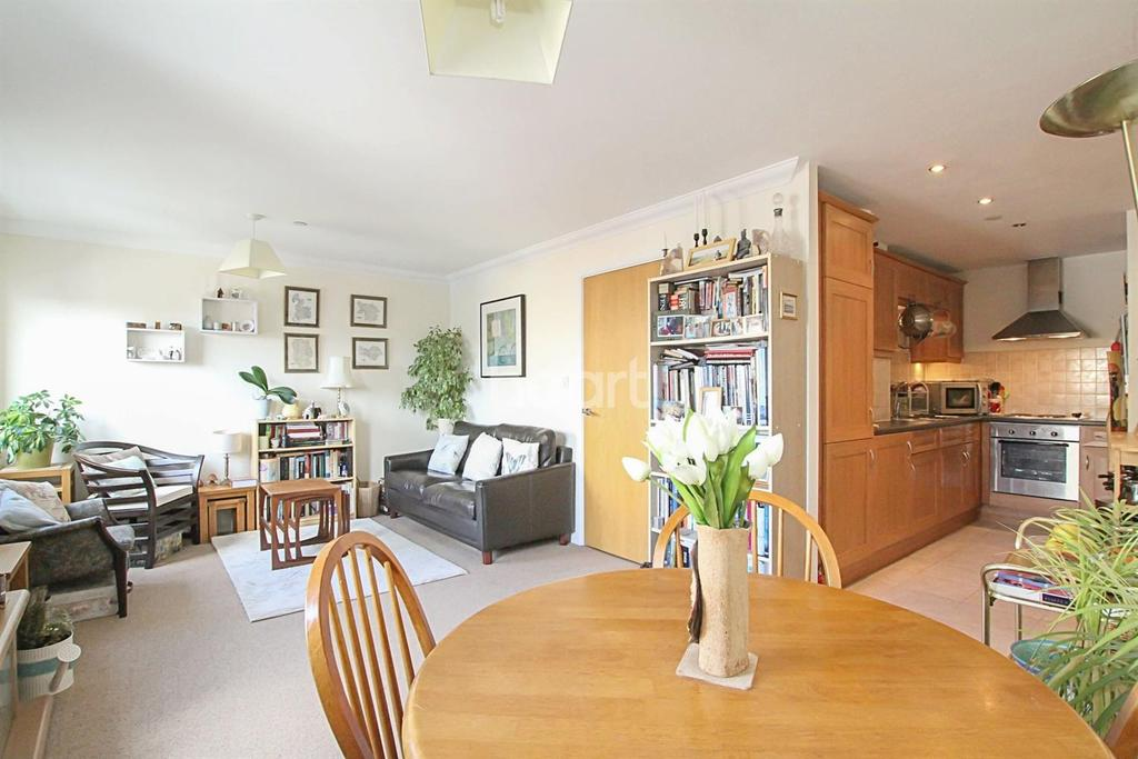 2 Bedrooms Flat for sale in Close to Station