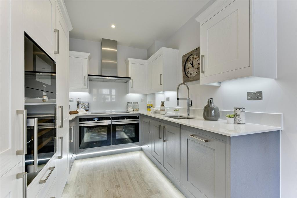 4 Bedrooms End Of Terrace House for sale in Park Avenue, TW16