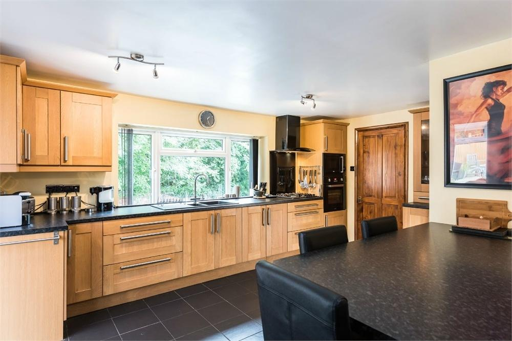 3 Bedrooms Detached House for sale in Linefield Road, Upper Batley, West Yorkshire