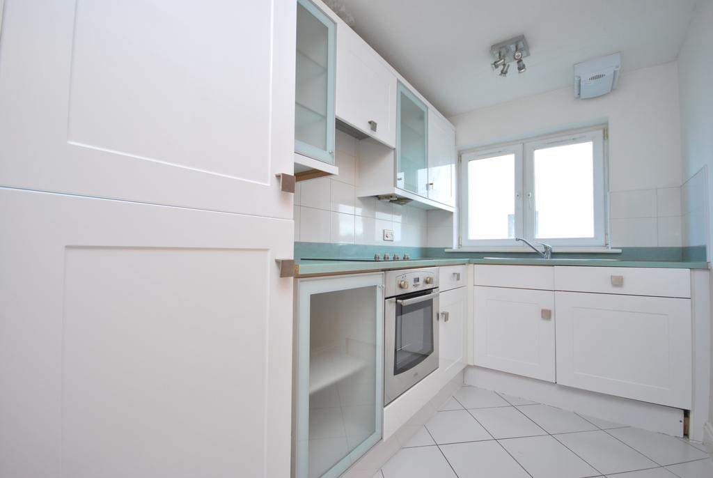 2 Bedrooms Flat for sale in Vincent Close Bromley BR2