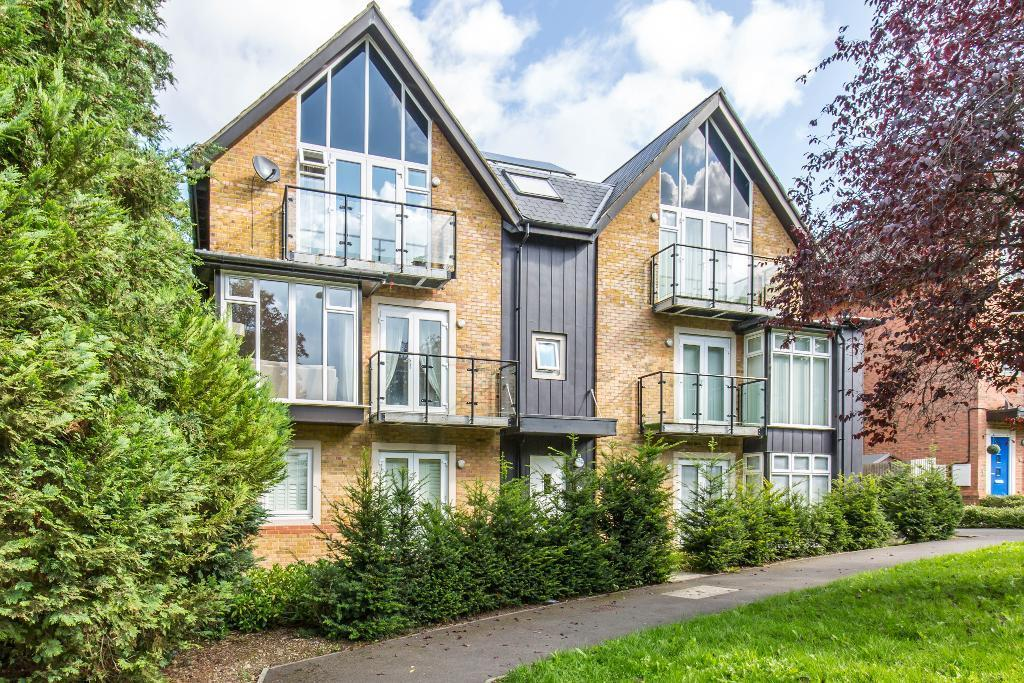 2 Bedrooms Flat for sale in Roundburrow Close, Whyteleafe, Surrey, CR6 9TT