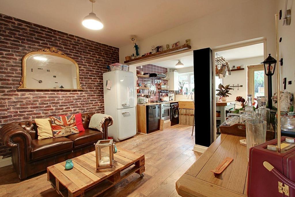 3 Bedrooms Terraced House for sale in Rosslyn Avenue, Dagenham