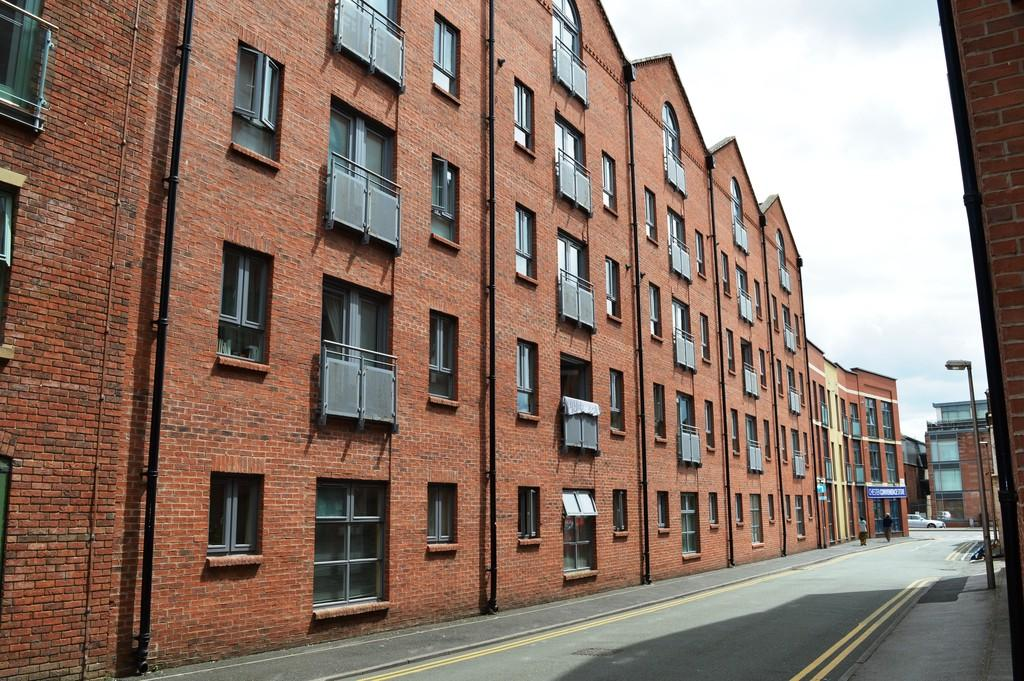 2 Bedrooms Apartment Flat for sale in Bakers Court, Chester