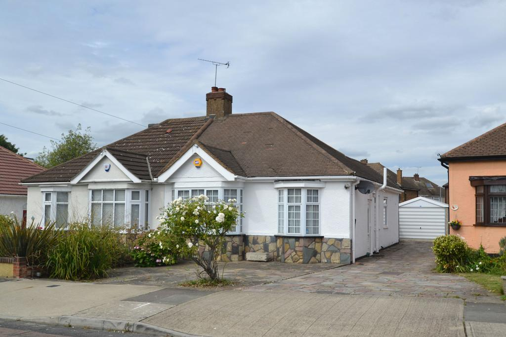 2 Bedrooms Semi Detached Bungalow for sale in Ferguson Avenue, Gidea Park