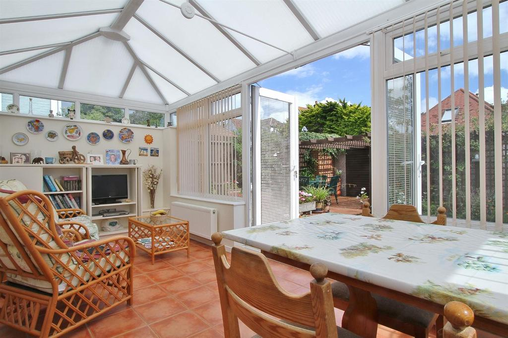 2 Bedrooms Detached Bungalow for sale in Seaview Road