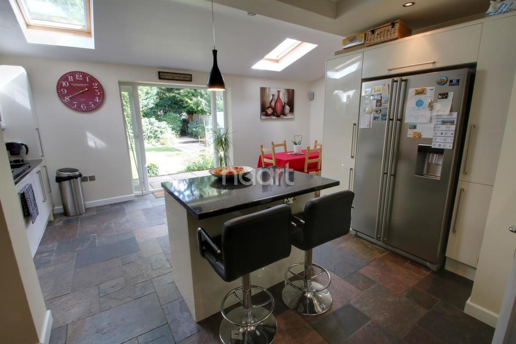 4 Bedrooms Semi Detached House for sale in Westview Avenue, Leicester, Leicestershire