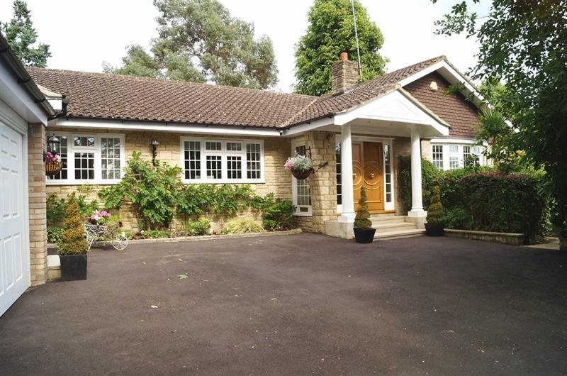 4 Bedrooms Detached Bungalow for sale in COBHAM