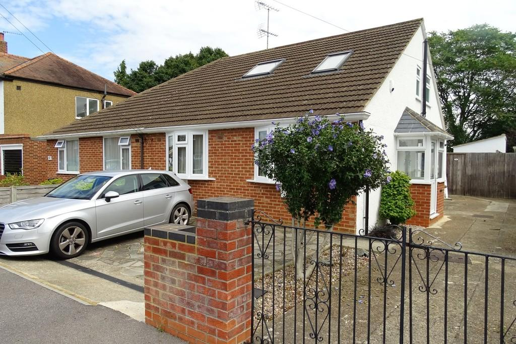 4 Bedrooms Semi Detached House for sale in Brightside Avenue, Staines-upon-Thames, TW18