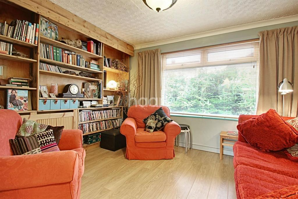 2 Bedrooms Semi Detached House for sale in Aylesbury Crescent
