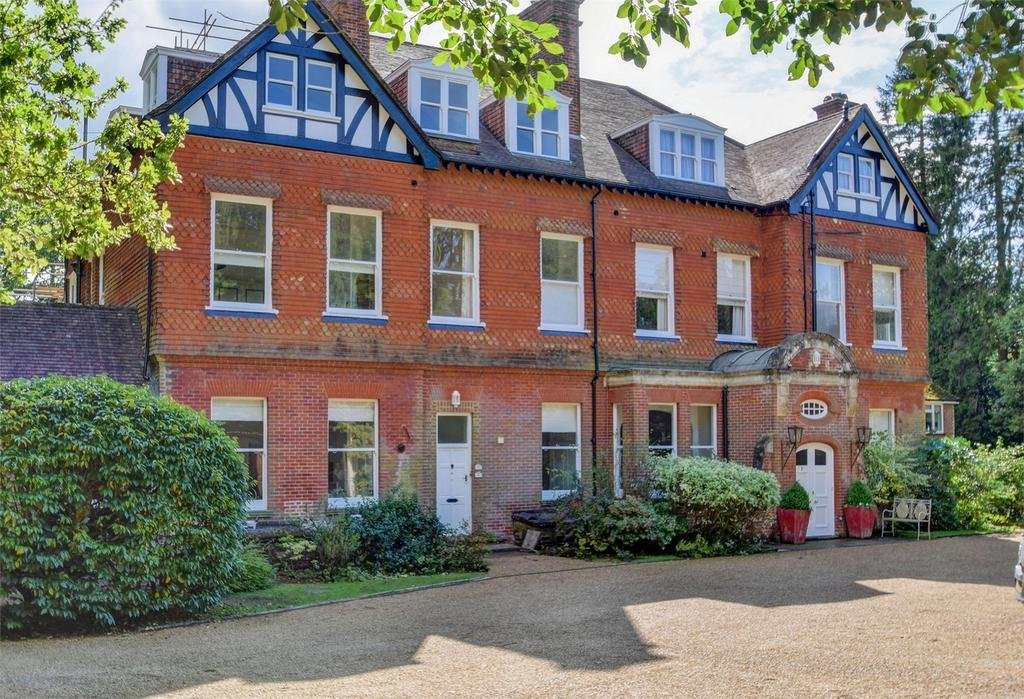 3 Bedrooms Flat for sale in Bramley Croft, Tower Road, HINDHEAD, Surrey