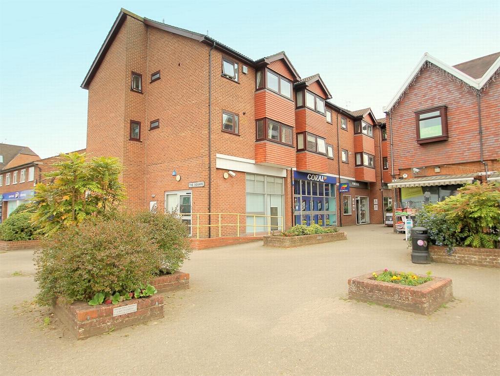 2 Bedrooms Flat for sale in Lightwater, Surrey