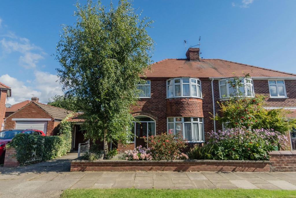 3 Bedrooms Semi Detached House for sale in Middlethorpe Grove, Dringhouses, YORK