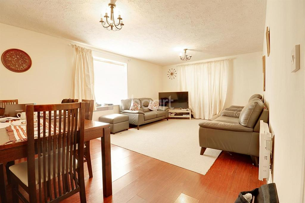 2 Bedrooms Flat for sale in Mayflower Road, Chafford Hundred