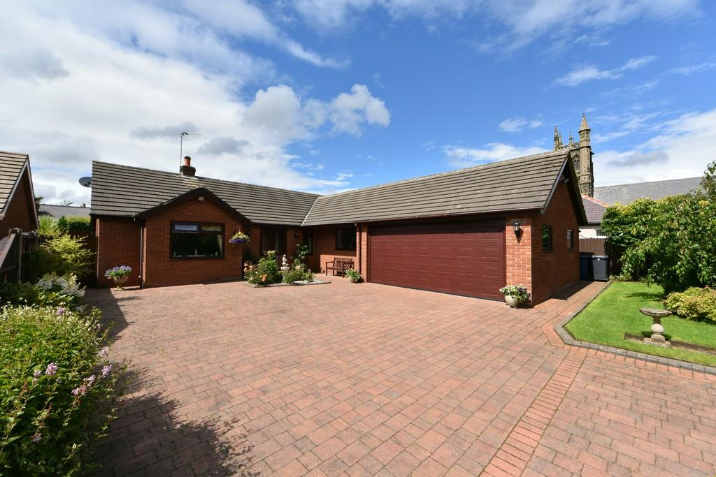 3 Bedrooms Detached Bungalow for sale in Long Lane, Aughton