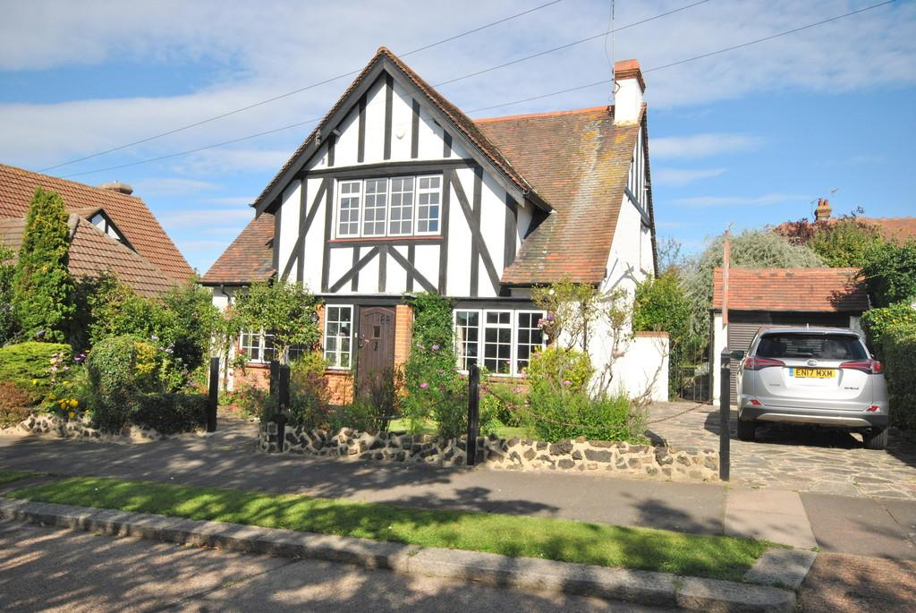3 Bedrooms Detached House for sale in Lindisfarne Avenue, Leigh-on-Sea