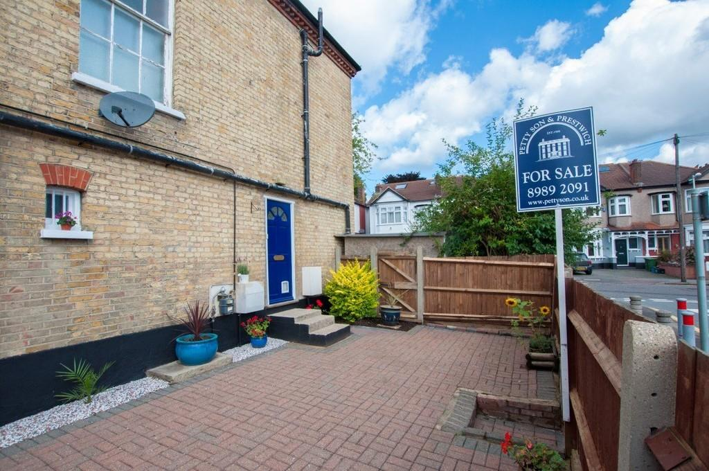 3 Bedrooms Apartment Flat for sale in Bedford Road, South Woodford