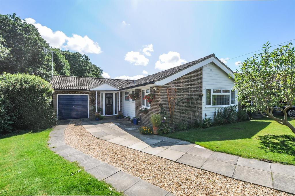 3 Bedrooms Detached Bungalow for sale in Truro Close, Chichester