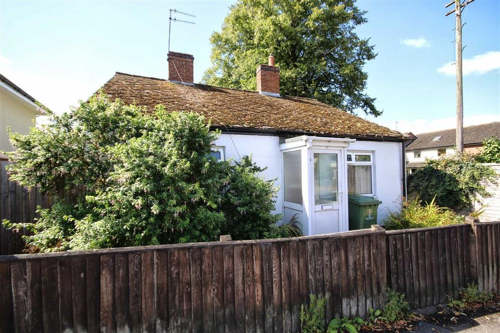 2 Bedrooms Detached Bungalow for sale in Whaddon Road, Cheltenham, GL52